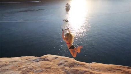 tyrolienne au dessus d'un lac