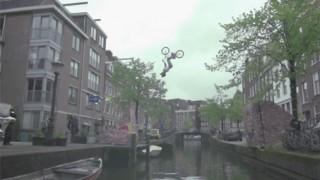 BMX : Backflip par dessus le canal d'Amsterdam