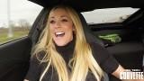 Réaction d'une femme à l'accélération de la Corvette C7 Z06