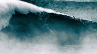 Benjamin Sanchis surfe une des plus grande vague du monde !