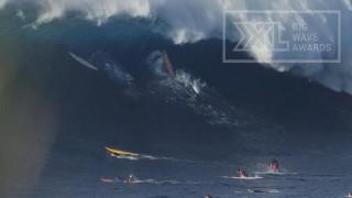 Énorme vague sur le spot de Jaws à Maui !
