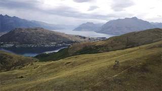 Kelly McGarry fait du VTT dans les paysages du film Le Hobbit