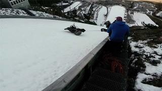 Remonter une piste de saut à ski à moto c'est possible !