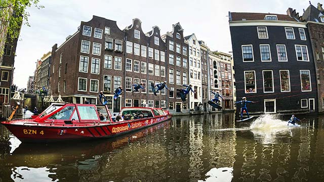 Wakeboard dans le canal d'Amsterdam